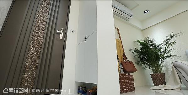 在玄关区的表现上,春雨时尚空间设计特别为屋主砌出一个兼具屏风功能的鞋柜,柜面上的菱形透气孔,还能兼做门片把手,达到自然透气的效果。