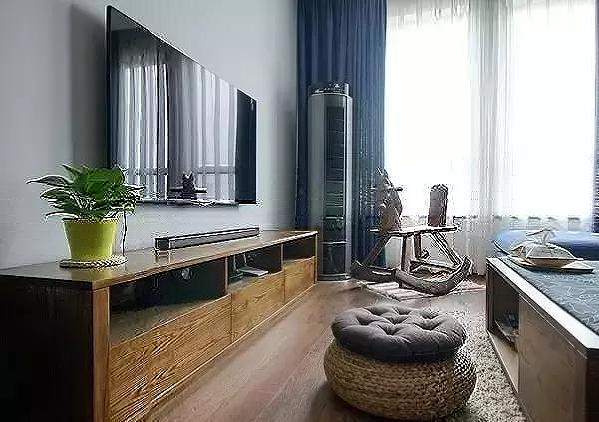 ▲电视柜与茶几相似,简约的造型却有强大的收纳功能。