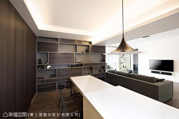 墙面展示柜各间距皆经精密刻划,最小距离为15公分的公仔收纳柜。