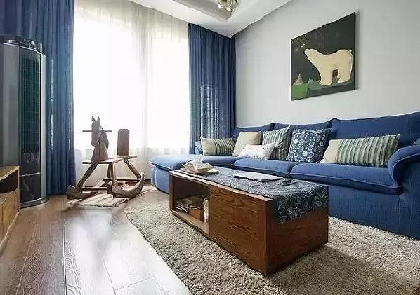 ▲毛茸茸的地毯与木头的茶几,柔化了冷色调的客厅氛围。