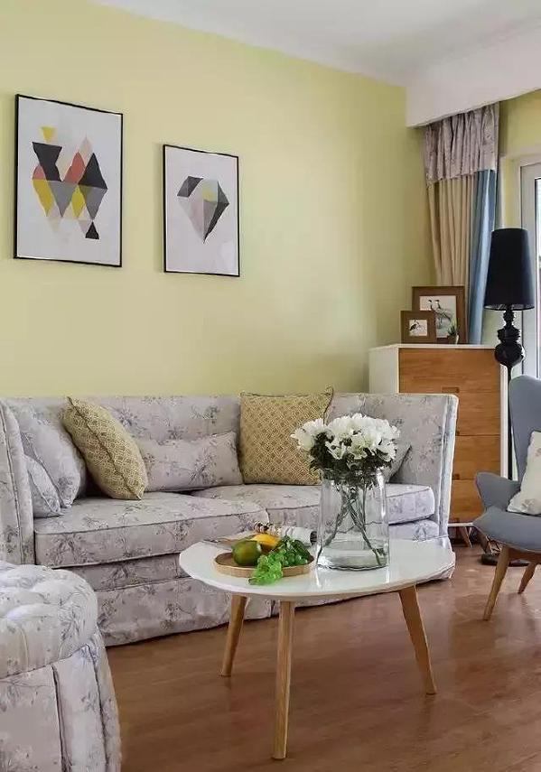 ▲碎花布包裹着柔软的沙发,坐在客厅,仿佛置身于小花园中。