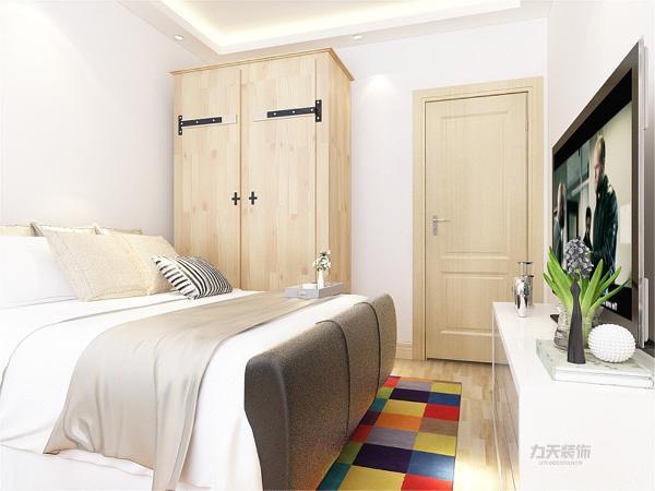 卧室采用的和客厅、餐厅不一样的简单的色系床,使整个设计更加协调,主卧的空间设计十分温馨,在享受客厅的大气感受后休息之余在温馨简单的卧室休息,精神更加