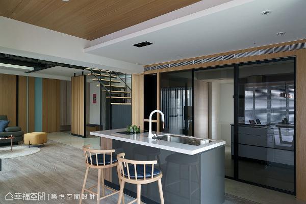 新设中岛吧台形成轻食区,将厨房和餐厅空间串联,打造出餐厨合一的配置设计。