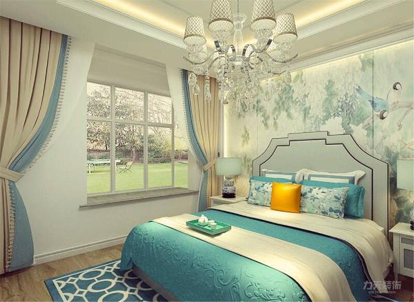 主卧室背景墙用壁纸、壁灯做装饰,白、黄、蓝灯色彩元素搭配的床整体体现温馨的感觉,柔和的色调,不会显得混乱。