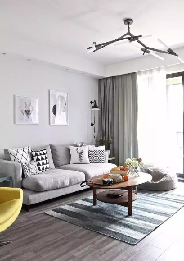 ▲ 客厅遵循了北欧风一贯的清爽,条纹地毯和黄色单人椅的点缀,活泼的颜色为客厅增添了不少活力。