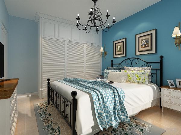 主卧室背景墙用画做装饰,白、黄、蓝等色彩元素搭配的床整体体现温馨的感觉,柔和的色调,不会显得混乱。不会显得突兀。同时暖色调为主,不会显得环境色混乱。