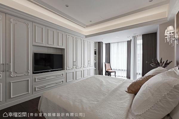 整面式的柜体收纳结合电视墙,满足屋主的机能与需求,装饰性的线板造型,更轻轻洋溢新古典的神采。