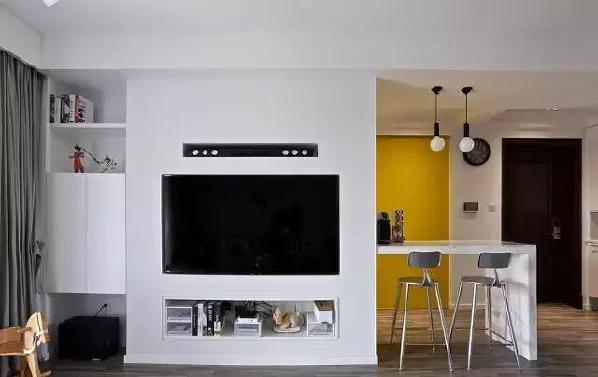 """▲""""掏""""出来的电视墙,不仅造型别致,储物功能也不容小觑,正面、侧面都是收纳空间。"""