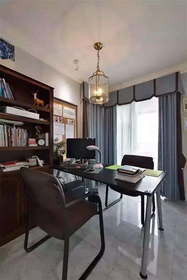 ▲书房的设计非常像办公室,给人一种高效的学习、工作环境。