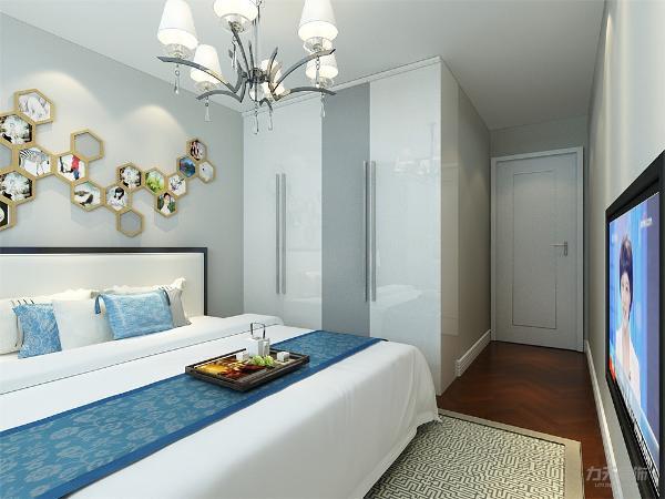 次卧的选择上我们也是采用软包。 软装配饰的搭配让这个空间更加的活泼富有灵性。 挂画等等的配饰一样体现了客户的生活品味。