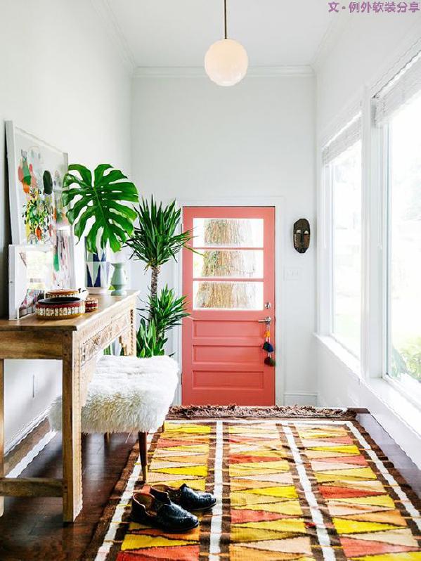 在素色系的家里,搭配上一块彩色几何图案的地毯,瞬间让家更活泼更有动感,营造活跃气氛。打破沉闷,带来不一样的视觉冲击。