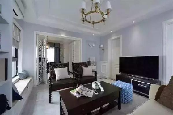 ▲沙发后面是通往书房的门,大门框的设计,可以增加客厅的采光。