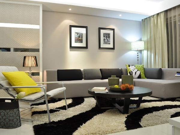现代简约风格饰品是所有家装风格中最不拘一格的一个。一些线条简单,设计独特甚至是极富创意和个性的饰品都可以成为现代简约风格家装中的一员。