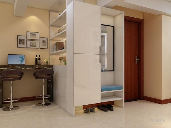 玄关处有一个储物柜的设置并且旁边也有镜子和鞋架的设置非常的方便还可以出门的时候照照镜子