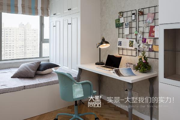 书房采用了米白色调,空间利用合理,榻榻米增加收纳功能,衣柜书柜样样俱全。