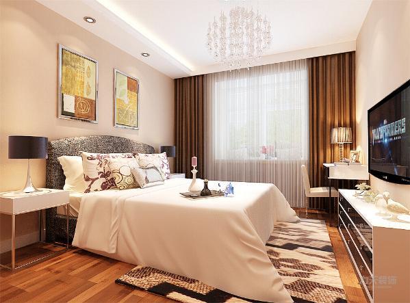 主卧墙面颜色和客餐厅保持一致,布置相对简洁大方。