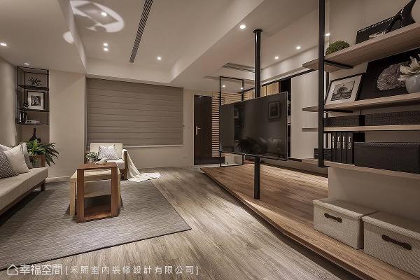 精心配置场域动线与格局,在公共空间中以架高地坪划分客厅与多功能区的关系。