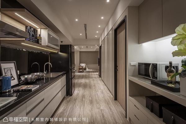 厨房区以开放形式呈现,并设置双向料理区与置物空间,丰富收纳量与行走动线。