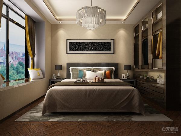 我把卧室飘窗的区域设计成一个休息区域,墙壁采用的奶咖壁纸,加上皮质的床,整体感觉非常统一、和谐。