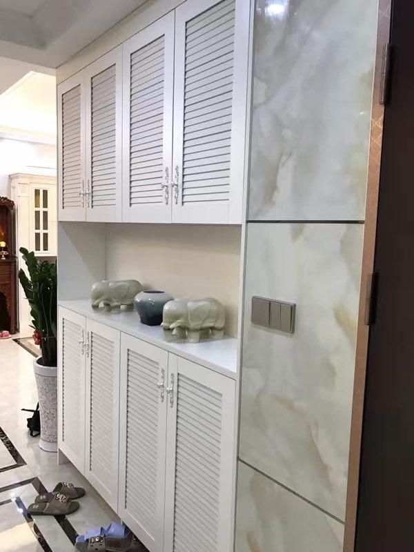 玄关处采用白色板材做墙柜,时尚大气又增加收纳功能。