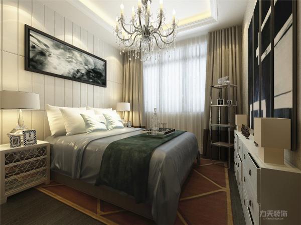 主卧我们采用咖啡色壁纸和床头软包互相结合,深色床品也让空间高档起来。 再加上选择了地毯和深色的地板, 回字形吊顶。 衣柜选择了透明的玻璃材质柜门, 让空间能更加的好用