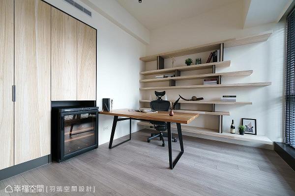 用建筑形成的内凹空间,设置收纳柜和红酒柜,打造出契合的嵌入式柜体。