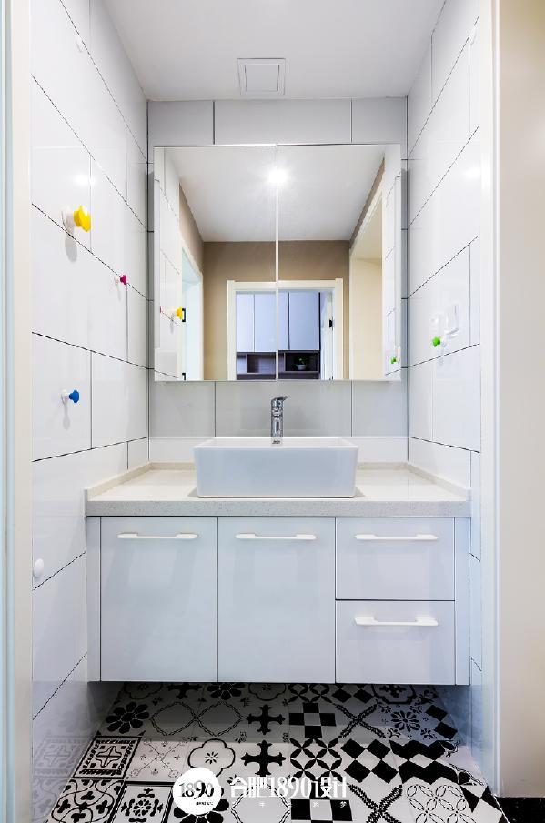 干区的镜柜,保证整洁美观的同时又兼具实用功能。