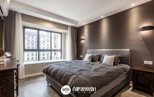 主卧整体设计色调偏深,营造一种安静,温馨利于睡眠的空间。