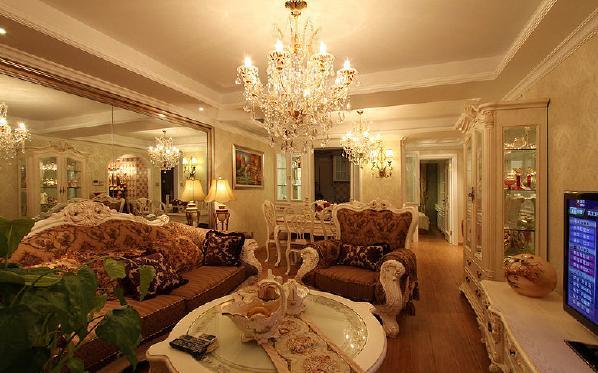 本案客厅的大部分处在挑空结构之下,大面积的玻璃窗带来了良好的采光,落地的窗帘很是气派。布艺沙发组合有着丝绒的质感以及流畅的木质曲线,将传统欧式家居的奢华与现代家居的实用性完美地结合。