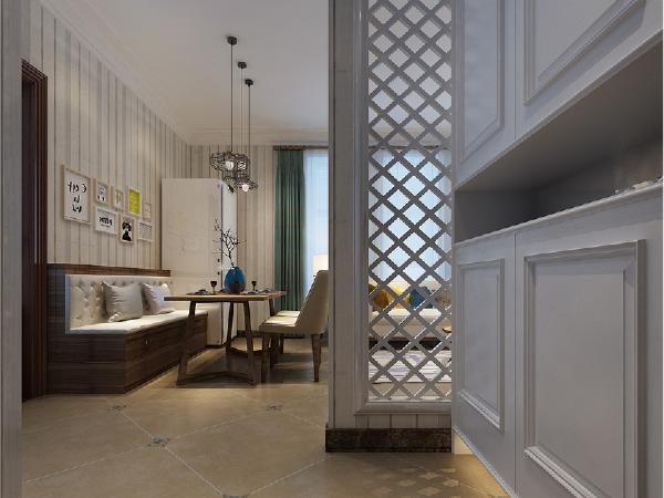 设计师在入户走廊上进行了添加镂空隔断改动,充分利用利用空间,既增加了收纳功能也同时保证了美观。即对空间进行了分隔也解决了入户后视觉上客厅一览无余的场面。