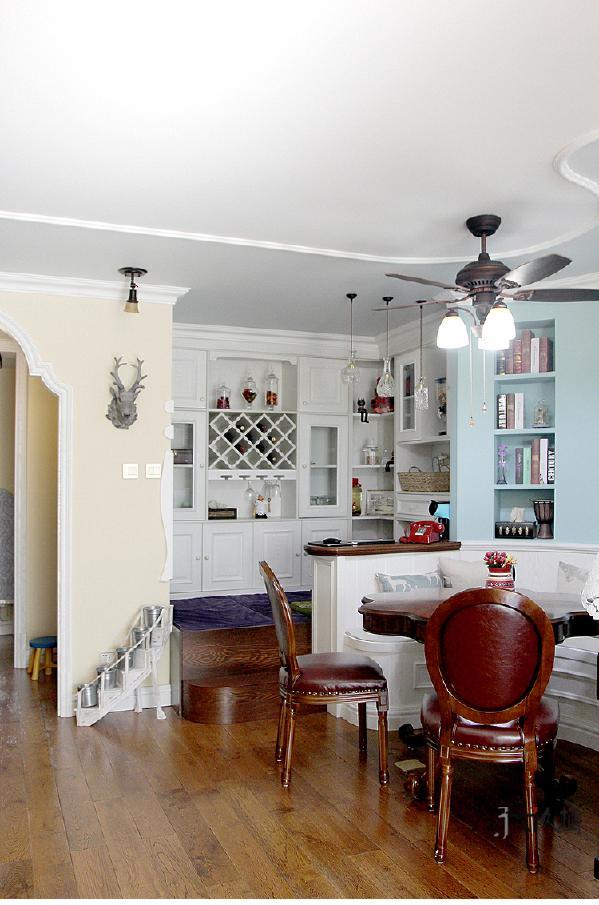 设计当中加隔出来的玄关,让这个区域整洁了很多,玄关墙体和客厅的休闲区结合,让两个功能相得益彰,互补互利。