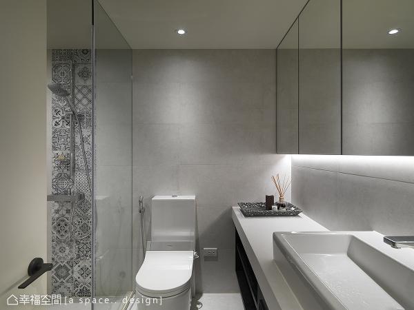 采女主人偏爱的灰色线条花砖点缀局部,为空间挹注属于现代法式的优雅表情。