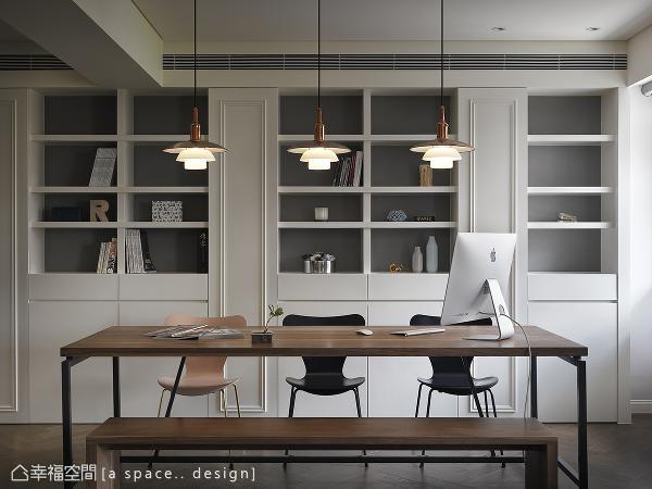 以木头的质朴勾勒温润安定感受,背墙书柜与踢脚板皆用线板做细部点缀,营造简单细致、舒服的阅读空间。