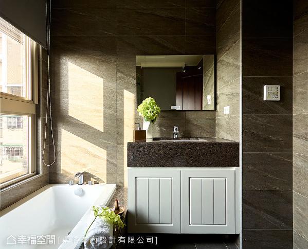 卫浴下方的柜体,同样以美式造型的柜面表现,兼具极致工艺与收纳规划。