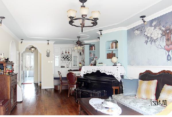 宽敞通透的客厅做了三个功能分区,地台休闲区,用餐区,和客厅区。色调冷色为主,符合主人的性格提亮整个客厅区域。独特的新建造形墙是钢琴的背景墙。为整个空间增添了不少风景。