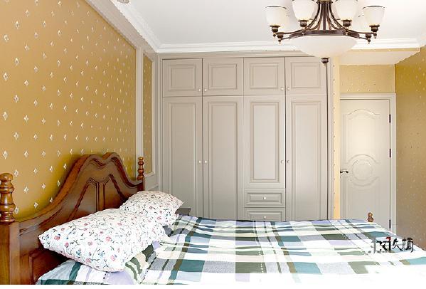主卧室灰色调搭配沉着木色的家具,典雅高贵,符合整体气质。