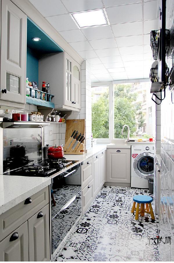 你能相信,原本窄小的厨房可以设计出这样宽敞的过道,以及大户型中才能实现的U型橱柜布置吗?在这个空间中,设计师巧妙的整合空间所有死角,利用性价比极高的墙地砖,装饰出这样一个别有洞天的可爱厨房空间。