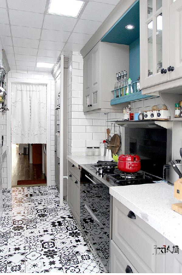 经过严谨的整合,让多种厨房的电器设备得到了归处,最大化提高收纳量。避免主人日后使用中,杂物凌乱所带来的困扰。