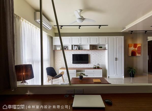卓林室内设计以清透的玻璃取代实墙,加上部分的造型装饰,让客厅与书房可以相互对话。