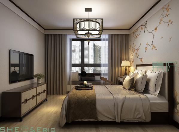 主卧室,设计师希望生活在这里的屋主能舒心和放松,整体的色彩选择上多偏向于无彩色,当然也会有床头壁纸的暖色和绿植等中性色的出现。