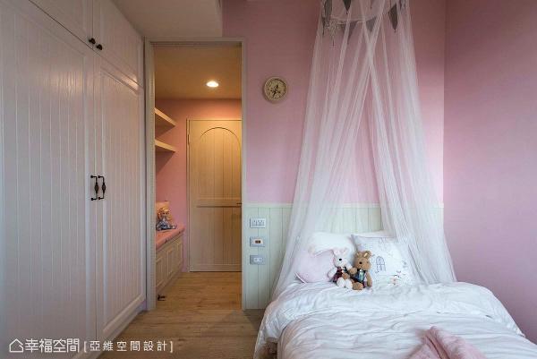为表现女孩房浪漫、童话情怀,运用粉红色与白色纱幔形塑公主般的睡眠空间。