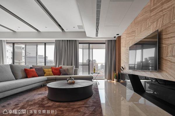 客厅 客厅电视墙选用浅色洞石,将其切割成大小不一的块体,纹路也刻意不对花,在不对衬中创造出协调的美感。
