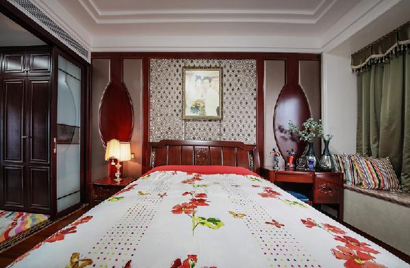 从主卧,书房,徘徊至客房、厨卫,整体的空间格调中设计师赋予了一种平和之美,雍容之韵,一贯至底的红木家居奠定了空间的大气不俗,而在颜色的深浅不一、纹理的多样以及古典与时尚的变化中铸就此番风景。