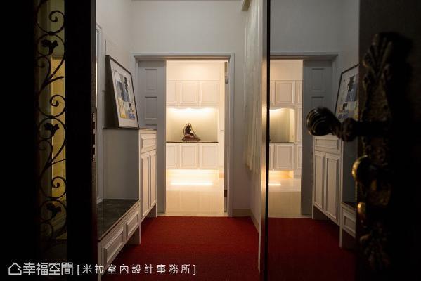 外玄关运用柜体的高低落差,创造出穿鞋椅机能;内玄关则摆放艺术品,形成入口端景效果。