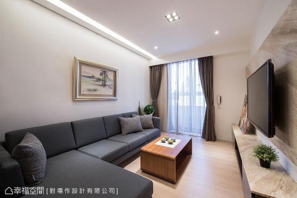以大面落地窗援引光线,空气和风也于空间流动;沙发背墙设置挂画轨道,让屋主发挥创意随意运用。