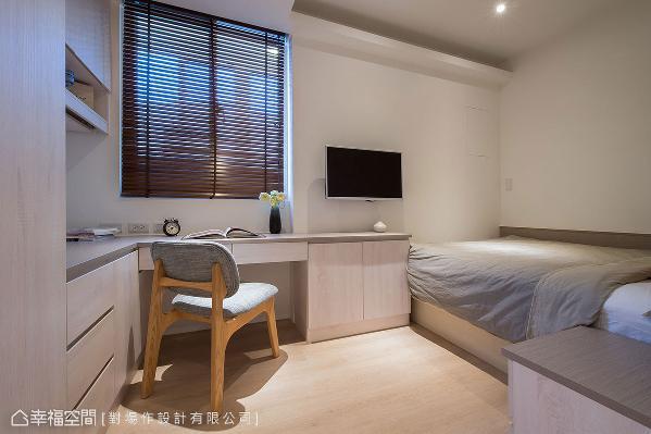 透过适度的格局调整,让空间拥有方正四房,每间卧室都配置双人床、衣柜、书桌、电视,打造出舒适愉悦的休憩空间。