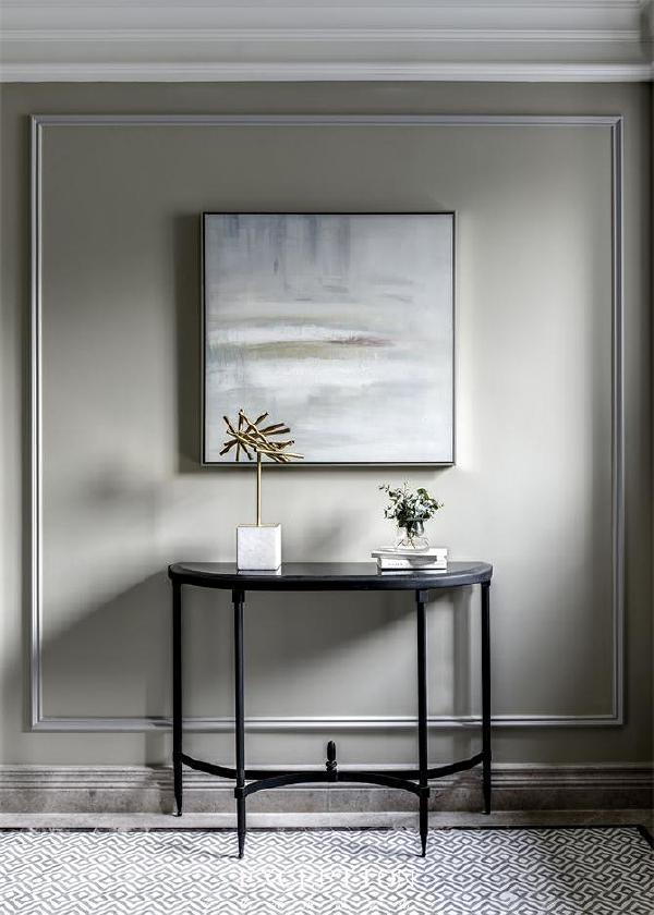 配合玄关处素雅的颜色,位于正中的挂画似乎有种让人心境平和的力量。让人不禁想侧耳倾听那一室宁静祥和。