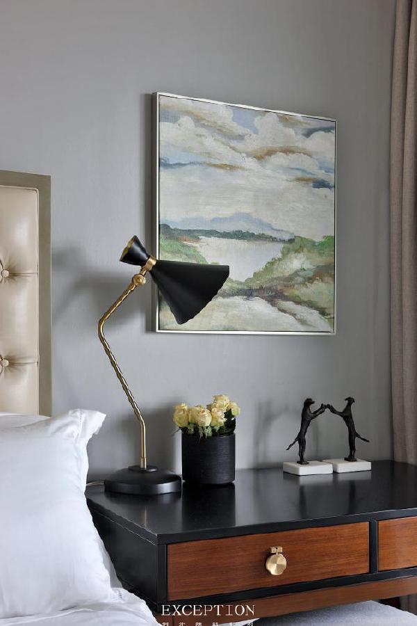 卧室里的挂画,满眼的青绿,似乎隔着盈盈水波就能一眼看见绿意中那个活泼灵动的她。   挂画虽然能提升整个空间的美感,但挂画也是有讲究的。