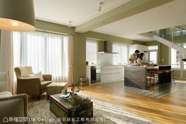 针对夫妻俩的喜好,在厨房设置一座中岛吧台,形成开放式的餐厨区配置,成为俩人或是亲友来访时,最佳的互动场域。