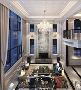 步入客厅,屋顶的装饰处理和皮质沙发、成熟硬朗的灰色地毯透露出欧式风格的自由与随性;